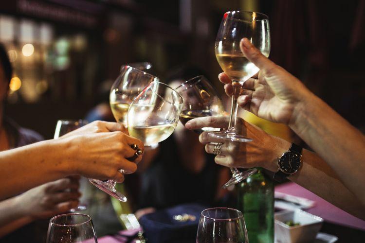 Colocar las copas y vasos en la mesa: Trucos para triunfar en tus reuniones